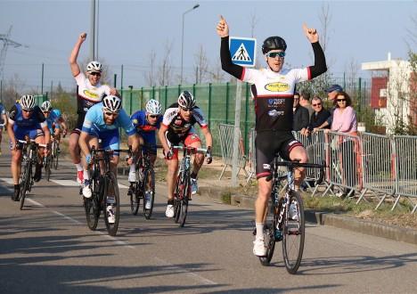 Dimanche 24/03, Prix de Meyzieu (FSGT) : Romain Vanderbiest remporte brillamment au sprint la course des 1ère et 2ème caté, grâce notamment au magnifique travaille de Valentin Sibelle, qui après […]
